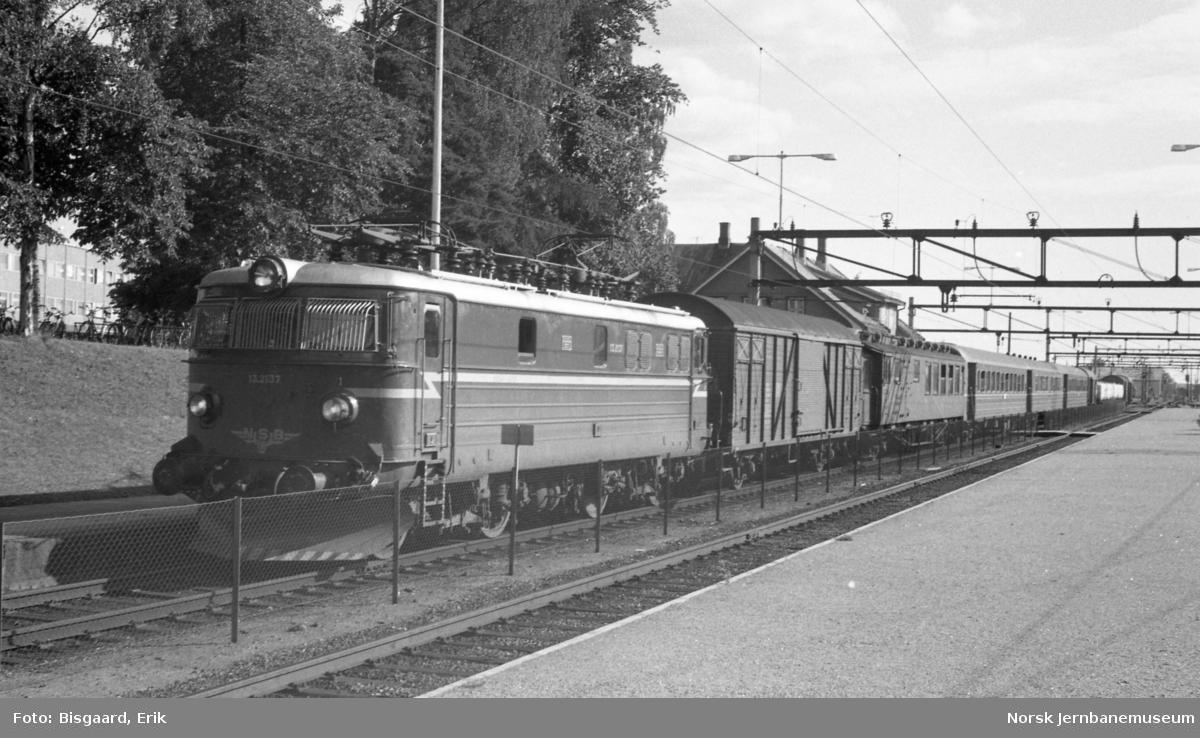 Elektrisk lokomotiv El 13 2137 med persontog 132 fra Halden til Oslo på Ski stasjon