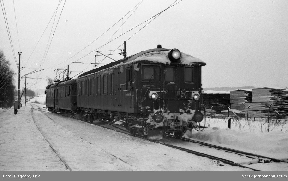Elektrisk motorvogntog kjører inn på Rakkestad stasjon, styrevogn litra BFS65 nr. 18679 fremst