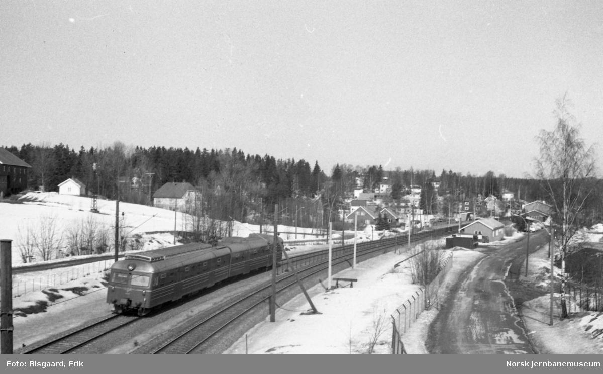 Langhus stasjon med passerende persontog med motorvognsett type 69A