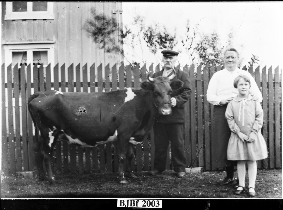 Familiebilde med Gerhard og Berntine Oksvold, Bjugn