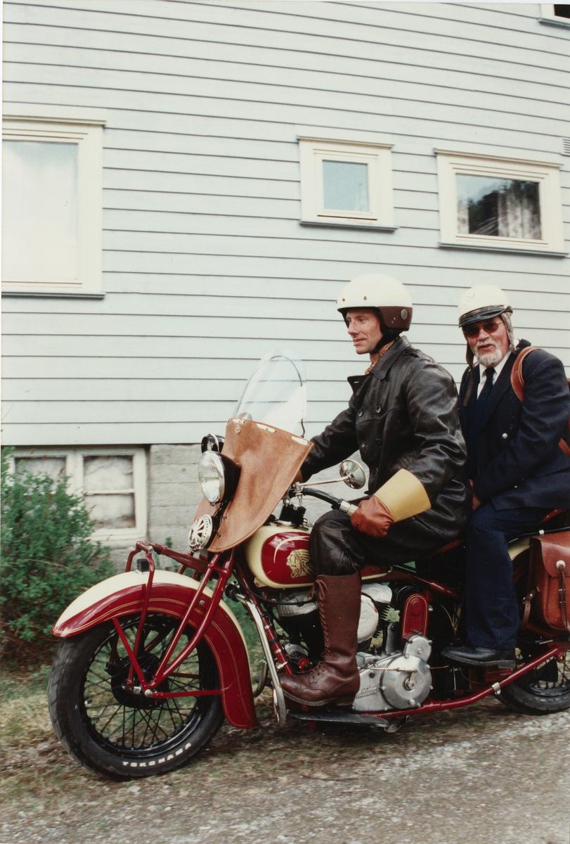Postskyssen. To menn på motorsykkel.