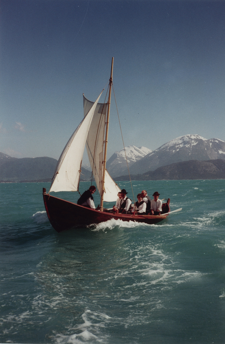 Postskyssen. For fulle segl over Kvinnheradfjorde. Helvik - Ølve.