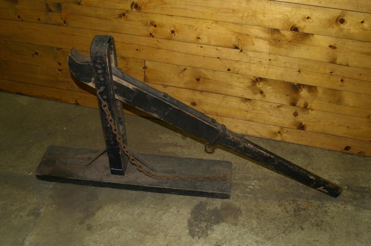 Jekken står på en rektangulær treplate. På den står et skaft med åpning for jekkarmen. Grunnplaten har en kjetting festet til seg. Jekkarmen har en jernring festet til seg. En låsepinne låser jekkarmen fast. Det er flere hull på stolpen, i ulike nivå, som låsepinnen kan låses i. Jekkarmen har firkantmuttere.