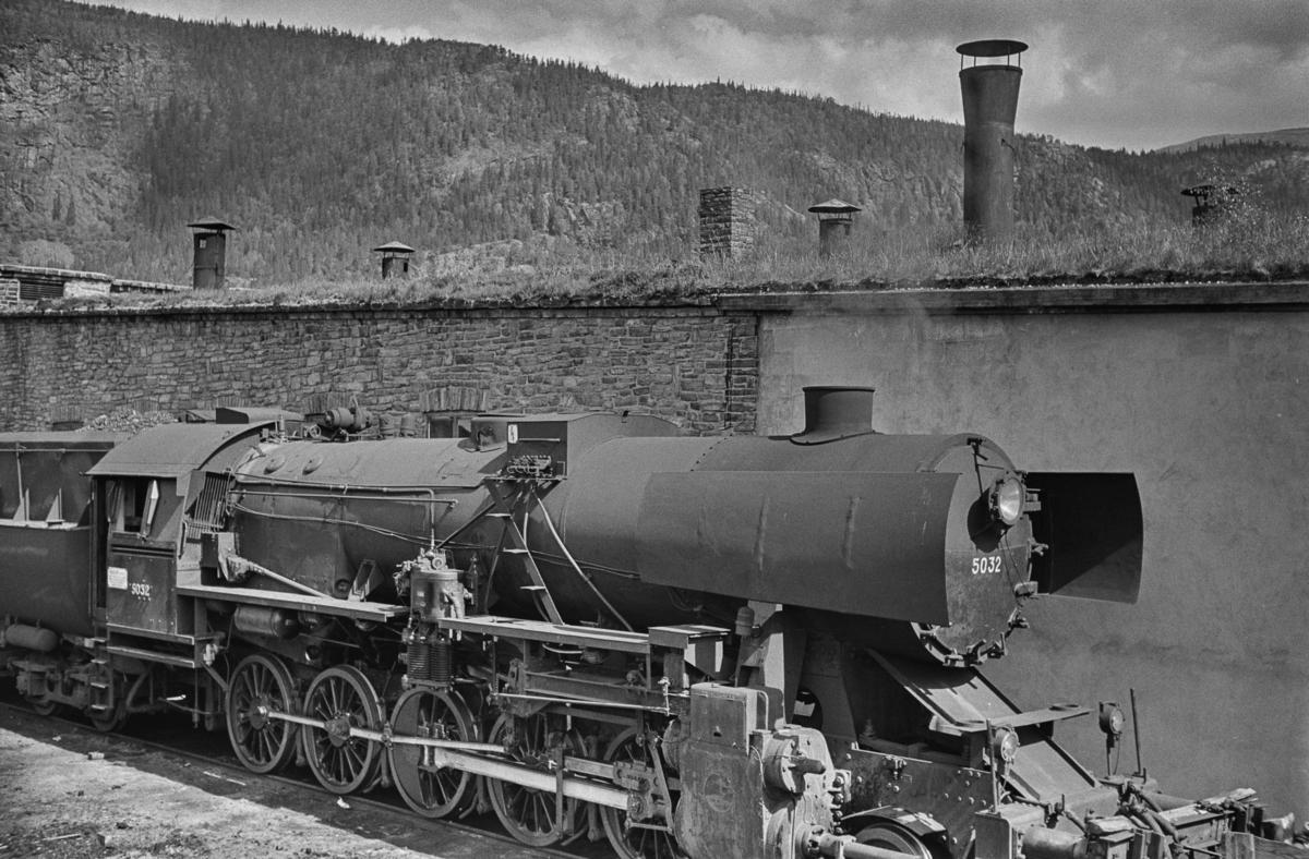 Damplokomotiv type 63a nr. 5032 utenfor lokomotivstallen på Grong stasjon.