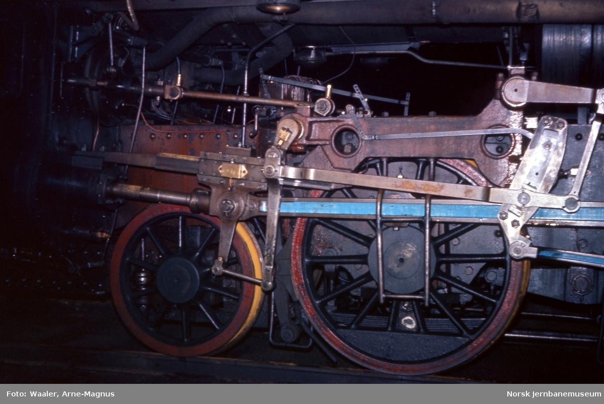 Opphugging av  damplokomotiver på Lillestrøm stasjon - løpehjul, drivhjul og styring på type 31b nr. 431