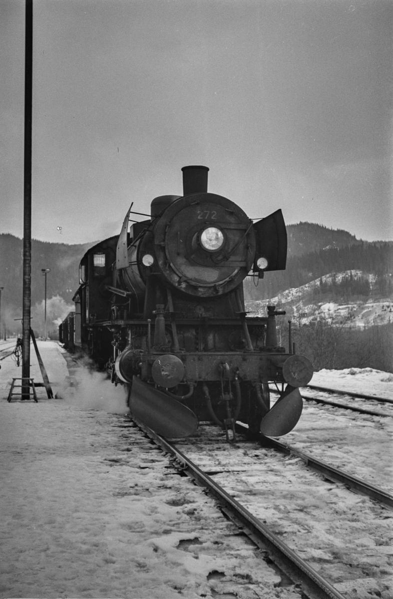 """Damplokomotiv type 30a nr. 272 med godstog på Støren stasjon. Blant lokomotivpersonalet ble lokomotivet benevnt """"Prinsessa""""."""