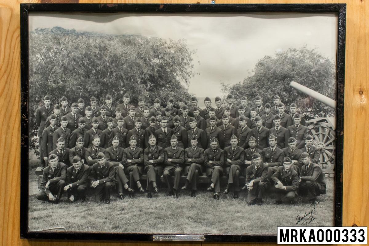 Fotografi taget på befäl och soldater som genomfört grundläggande soldatutbildning på 1:a Batteriet KA 2. Flobergs Foto.