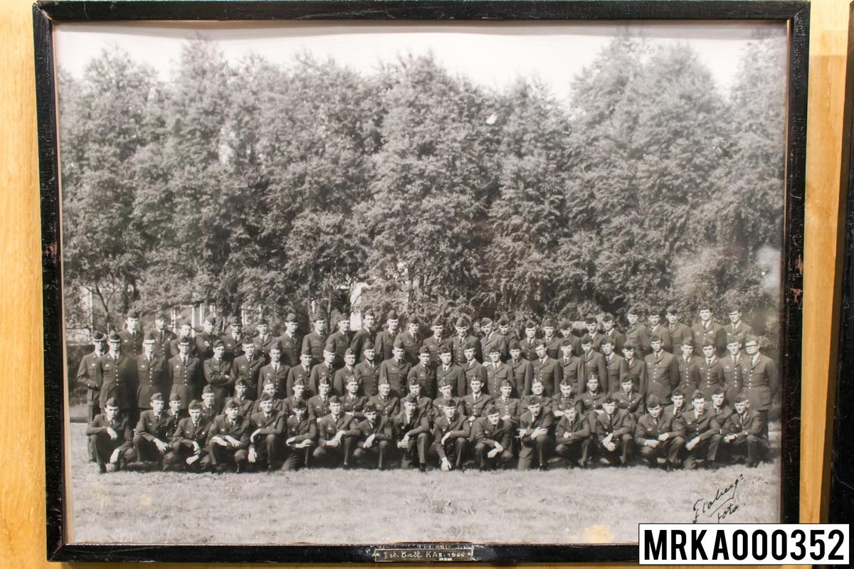Fotografi taget på befäl och soldater som genomfört grundläggande soldatutbildning på 1:a Batteriet KA 2. Fotografiet taget på KA 2. Flobergs Foto 1966.