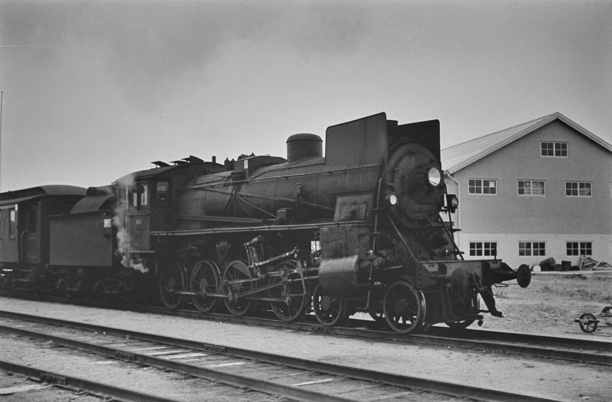 Dagtoget fra Trondheim til Oslo Ø over Røros, tog 302, på Os stasjon. Toget trekkes av damplokomotiv type 26c nr. 413
