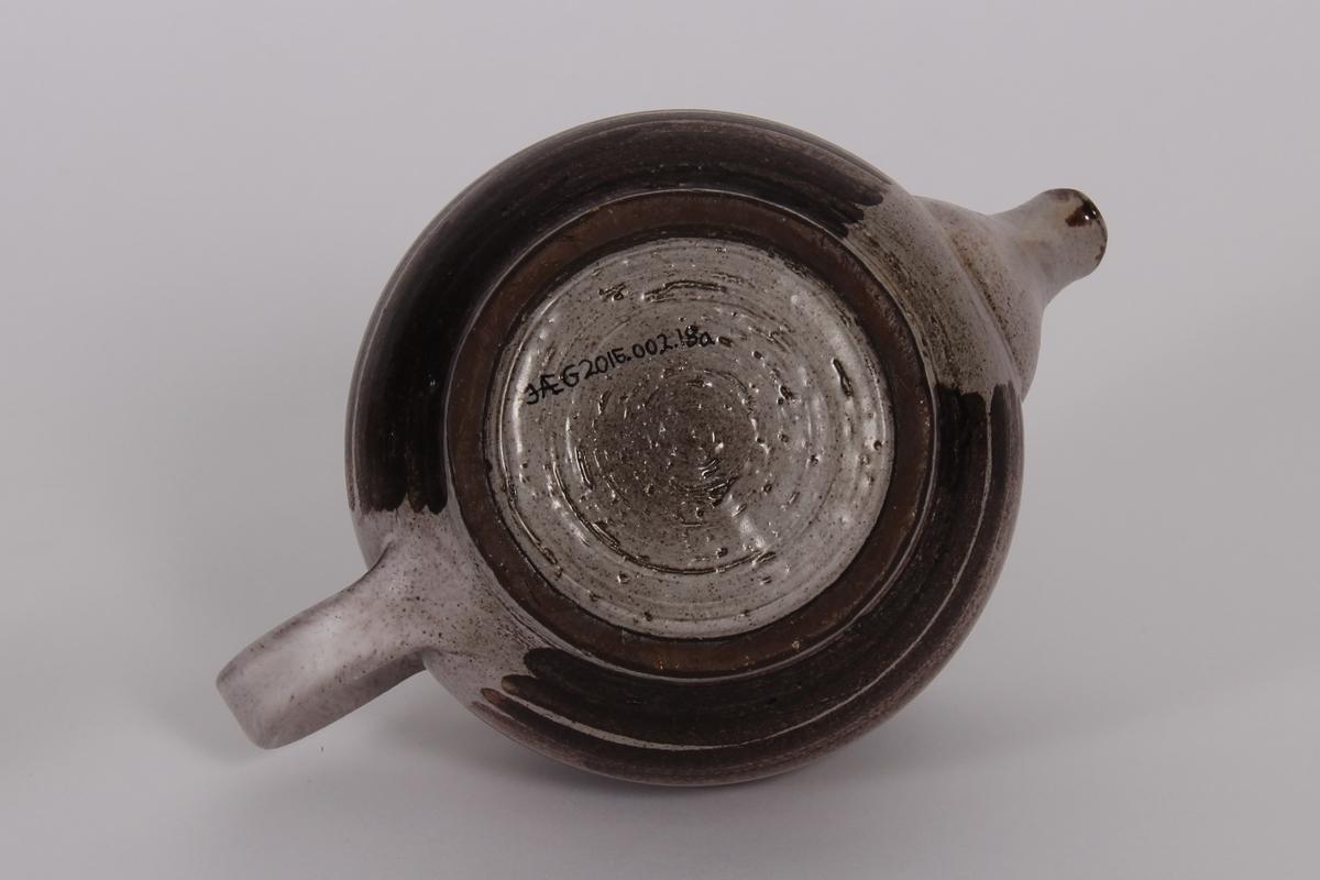Brun keramikk, glassert