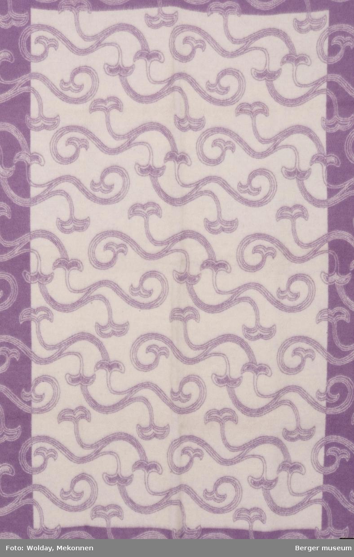 Snirkler i tradisjonell saga-stil. Teppet har en slags kant på fire sider og ikke kun oppe og nede slik det er vanlig.