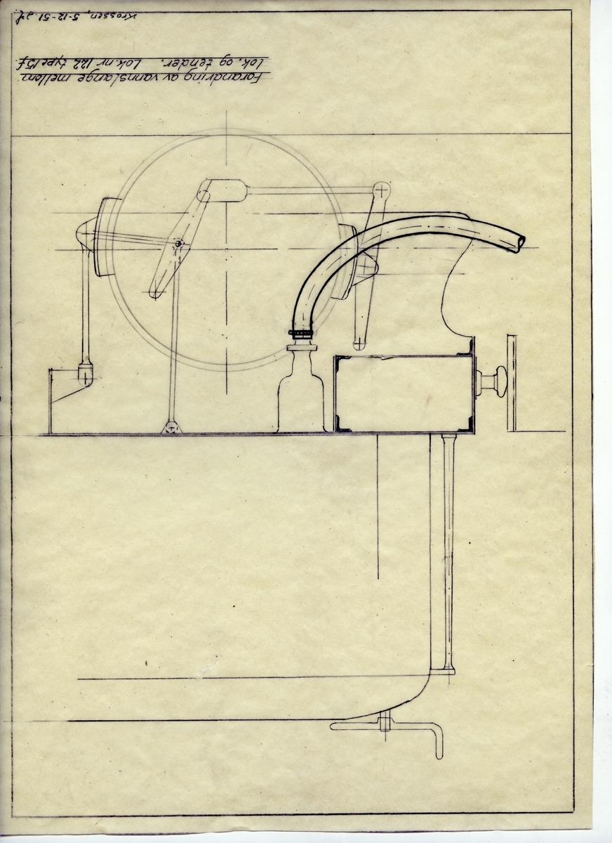 Håndtegnet arbeidstegning vedr. forandring av vannslange mellom lok. og tender. Gjelder lok nr 122, type 15f. Utarbeidet på Krossen 05.12.1951
