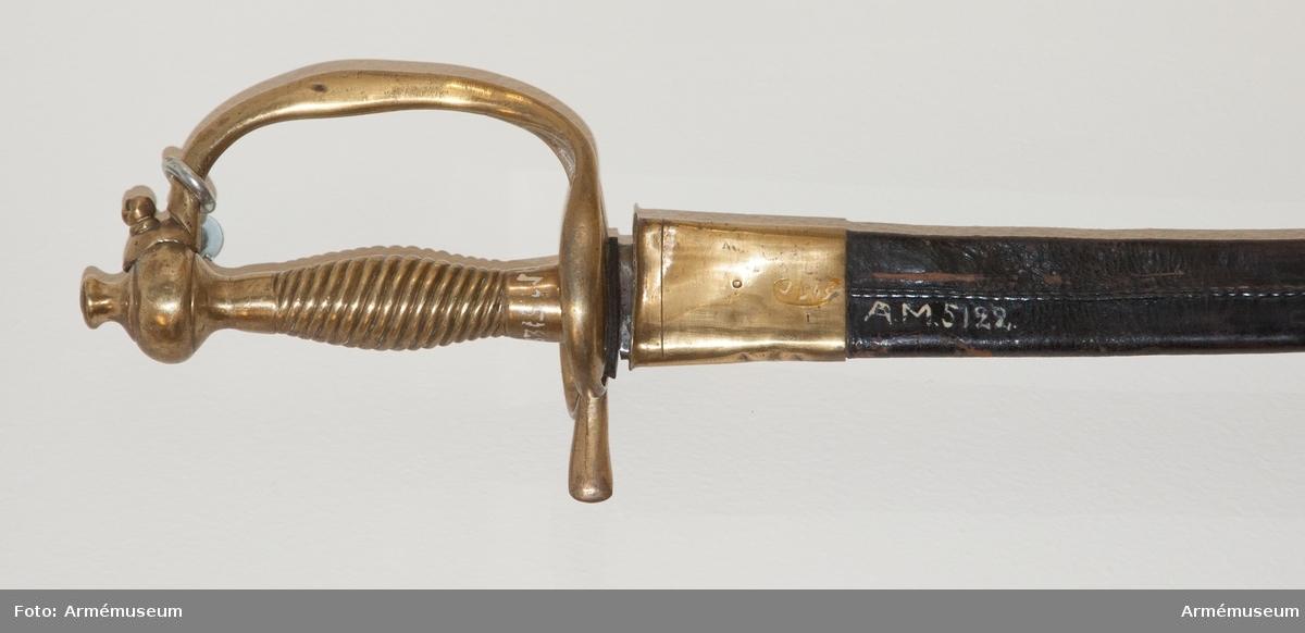 """Grupp D II. Baljan är klädd med svart skinn och har doppsko samt med  koppelhake försett munbleck av mässing. I Modellsalens reversal kallas detta vapen """"1806 års under- officersvärja med balja"""". I 1813 års inventarium finns upptaget en """"Wärja, Infanterie Under Officers"""". I Artillerimuseum kallades vapnet 1879-84 """"Värja med balja för  underofficerare vid svenska infanteriet, 1806 års modell"""". I 1888 års tryckta katalog är benämningen """"Värja med balja m/1807 för underofficerare vid infanteriet"""". Den senare benämningen  behölls framgent."""