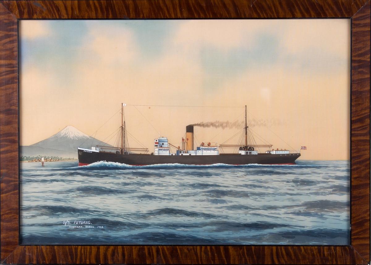 Skipsportrett av DS FU YUANG med Fuji-fjellet og Yokohama i bakgrunnen. Skipet fører japansk flagg i formast og norsk flagg akter. Ser et mindre seilfartøy foran skipets baug.