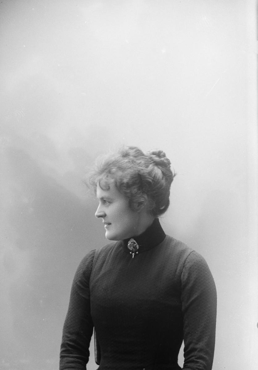 Portrett, kvinne, Mathea Baadstø, atelierbilde