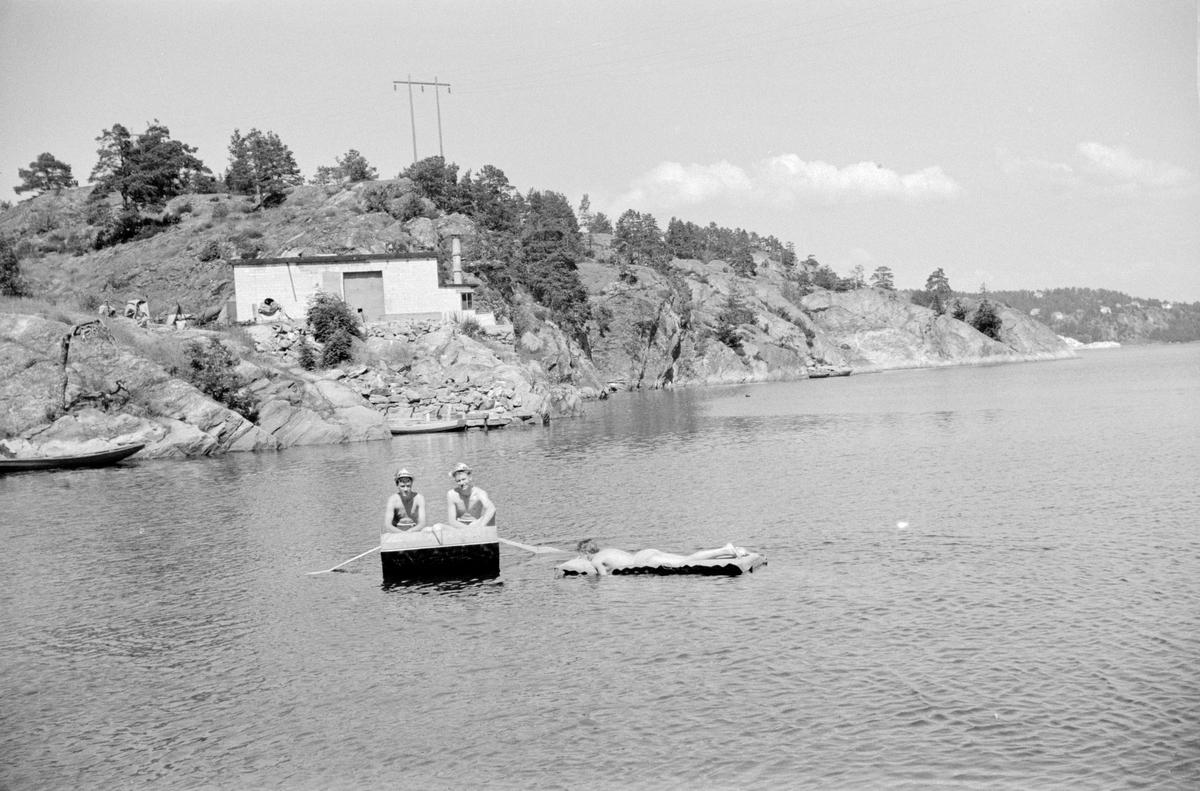 Sommerferie i Kragerø. Lokale gutter i hjemmelaget båt.