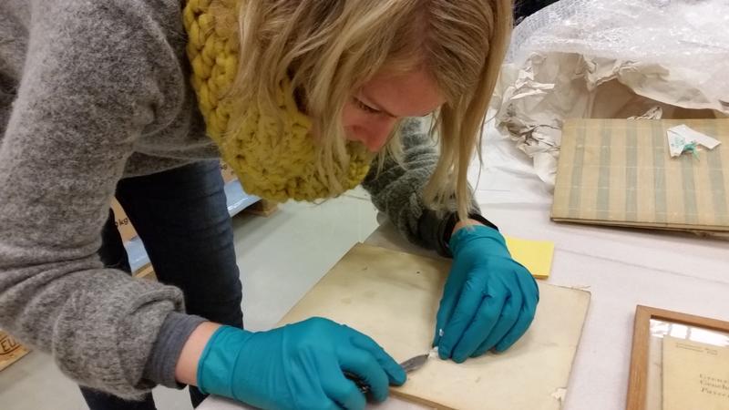 Teknisk konservator arbeider med sikring av papirmateriale fra Grini. Foto MiA.
