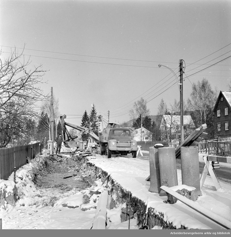 Sørkedalsveien. Vann og avløpsledninger legges ned i forbindelse med utvidelse av veien. Februar 1964