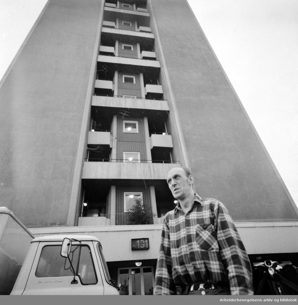 Teisen. Teisengløtt Trygdebolig. Pensjonistene plages av trafikk og eksos. Vaktmester G. Blomquist. Januar 1975