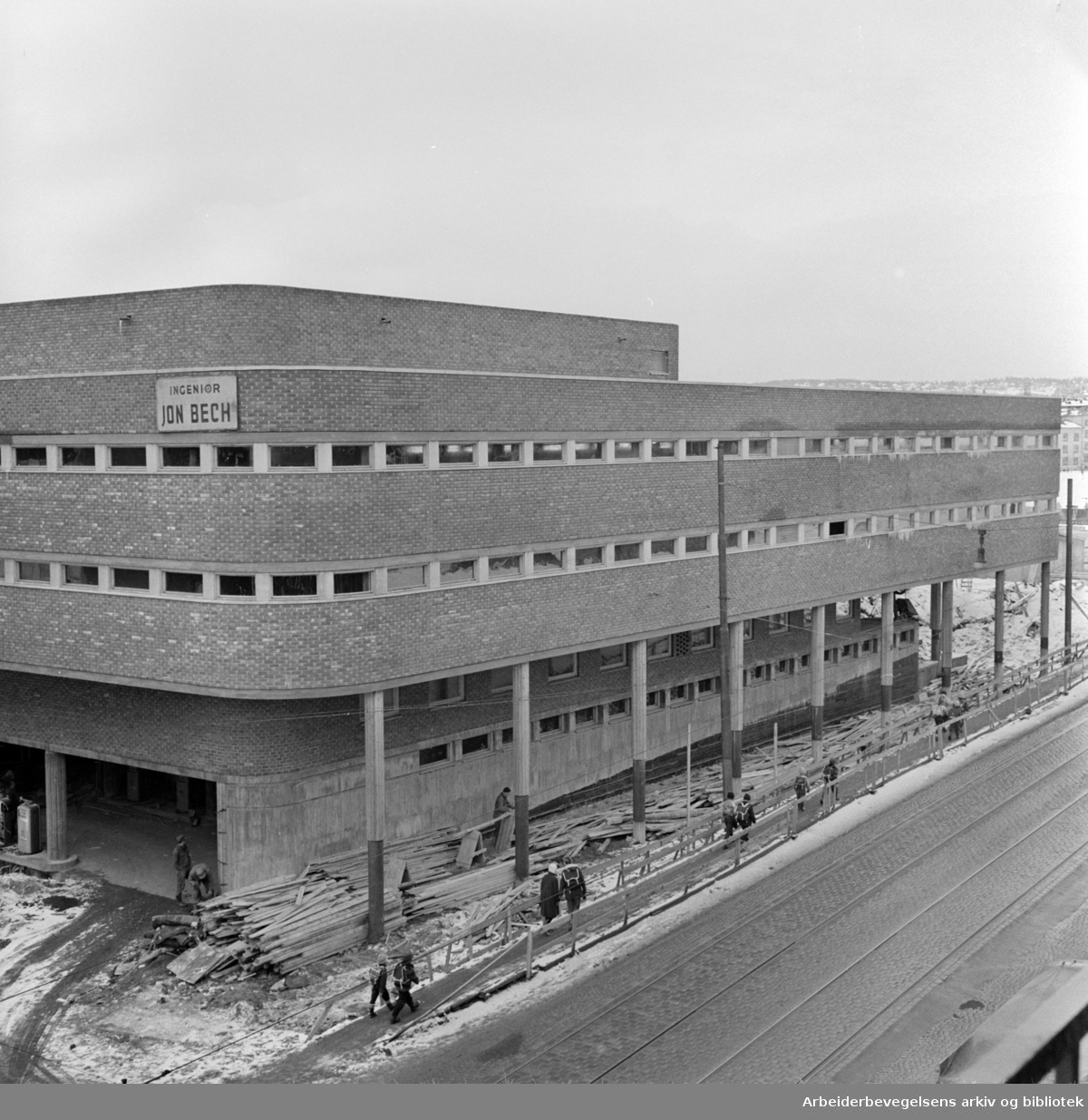 Trondheimsveien: Garasjeanlegget på Sinsen, snart ferdig. 11. mars 1958.