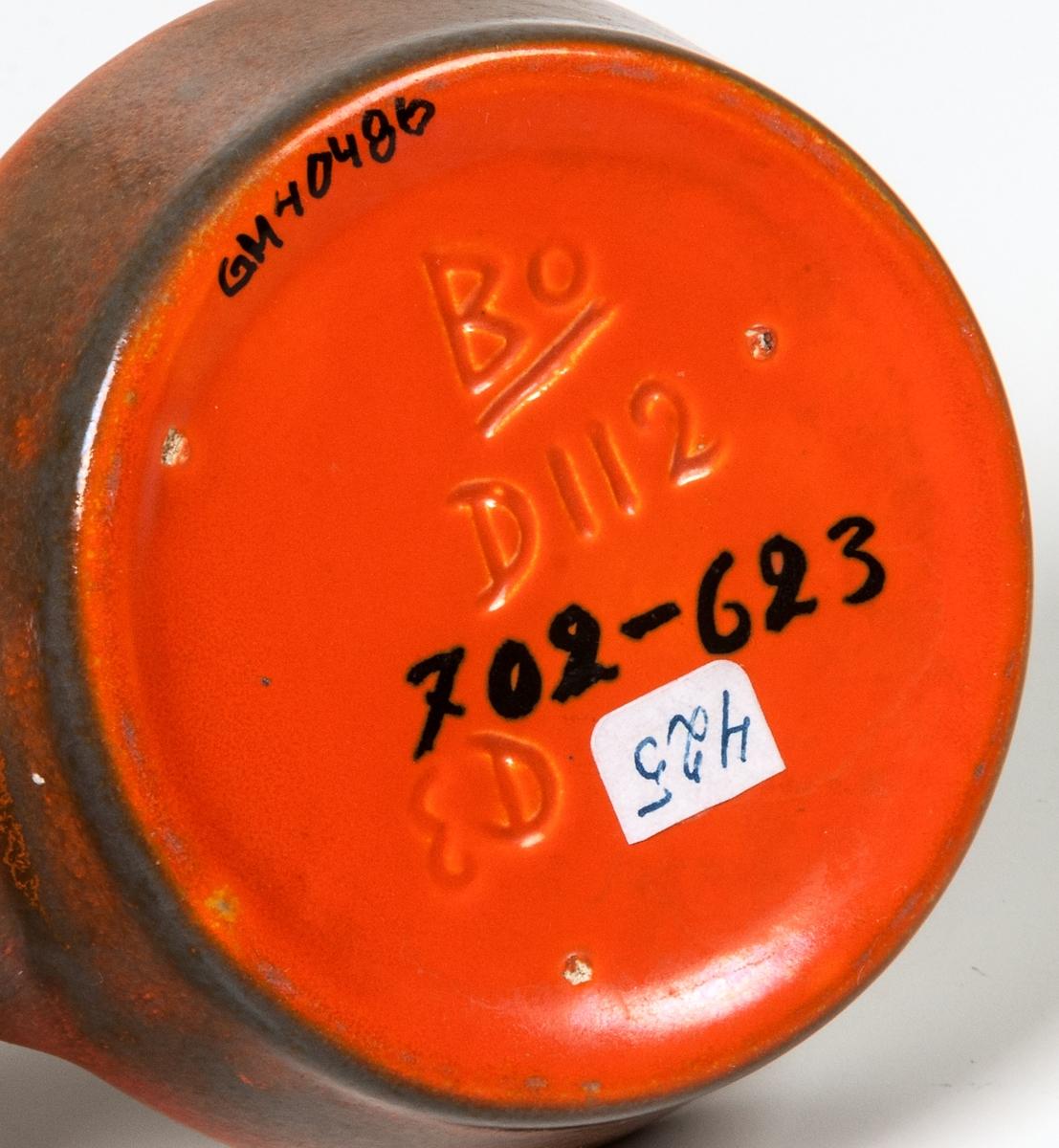 Askkopp, Bo Fajans, formgivare Ewald Dahlskog. Orangefärgad glasyr.
