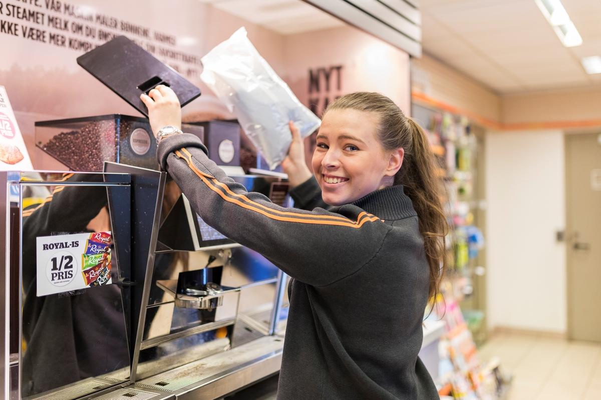 Statoil Nadderud. Butikkbetjening fyller på kaffeautomat.