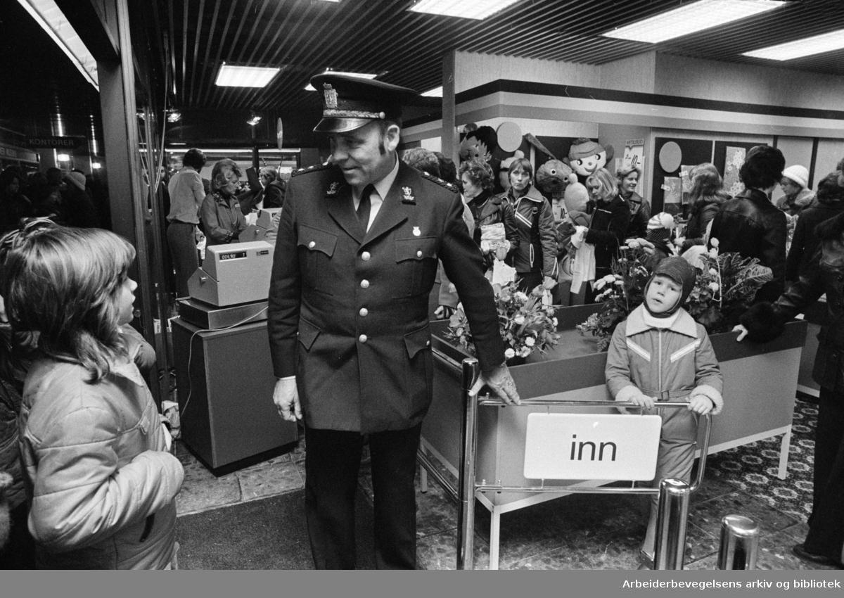 Stovner. Det nye Stovner-senteret. Åpningen av senteret. November 1975