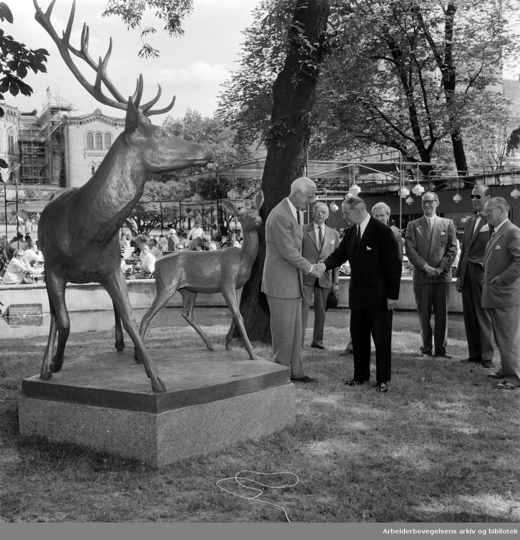 Studenterlunden. Hjortegruppen i bronse avduket. Tilstede var ordfører Rolf Stranger, skipsreder Nils Astrup, giver og billedhogger Arne N. Vigeland. Juli 1958