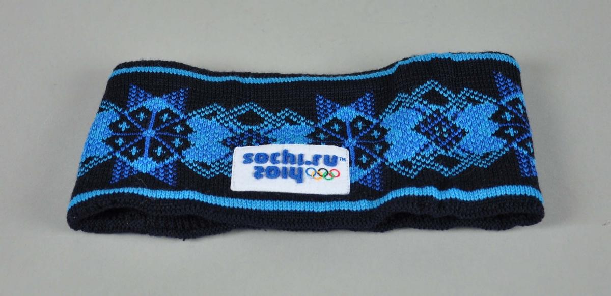 Svart pannebånd med stjernemønster i blått. Merke med OL-ringer i farger og tekst.