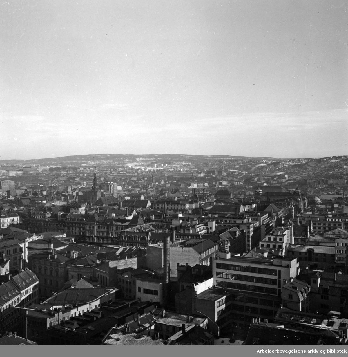 Sentrum.sett fra Rådhustaket.Februar 1953