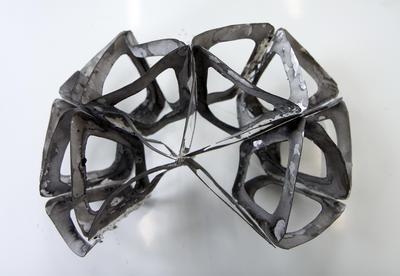 Skulpturelt objekt vist i utstilling.