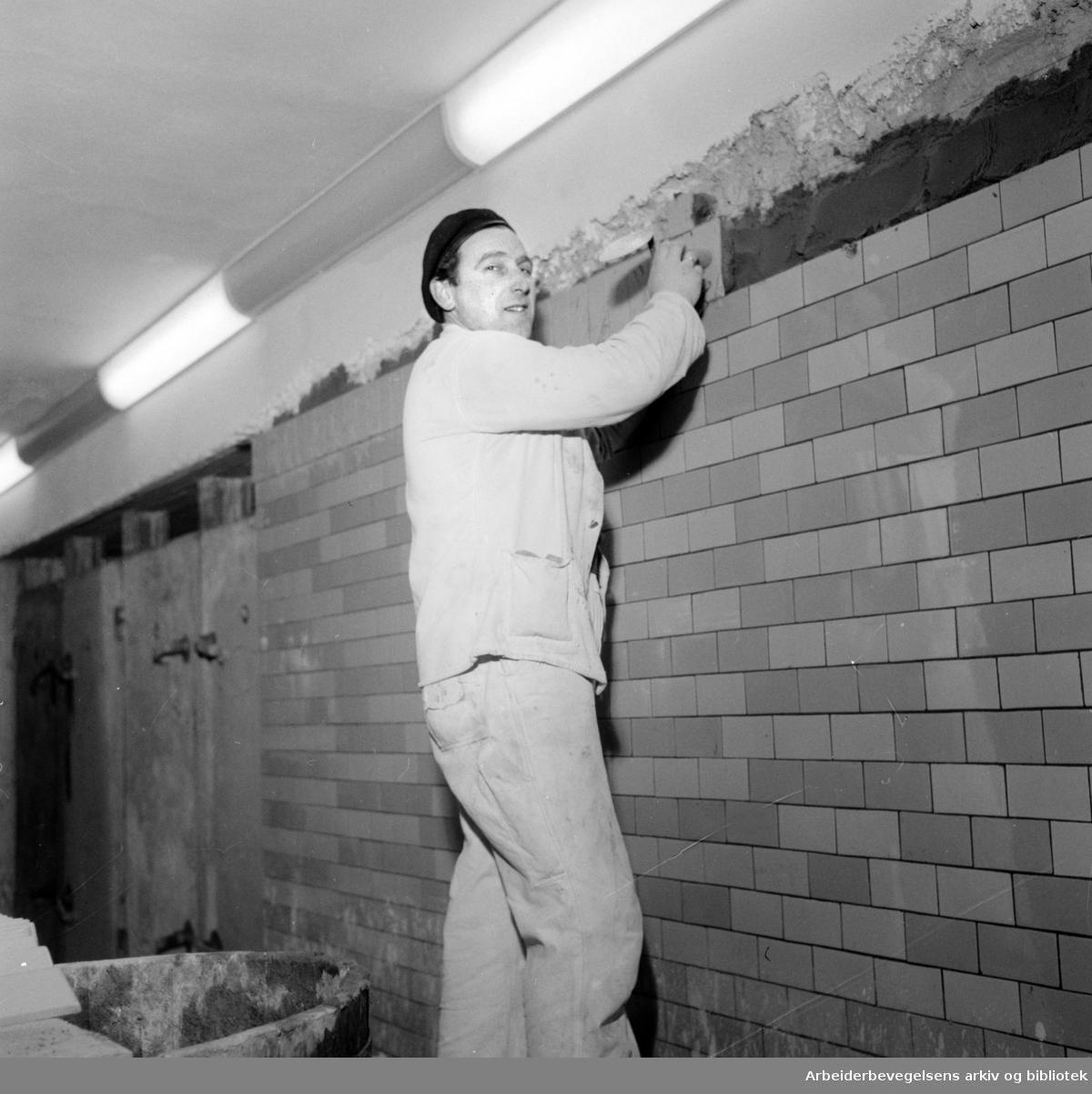Undergrunnsbanens stasjon ved Nationalteatret utvides. Murer Olaf Lian. Februar 1957