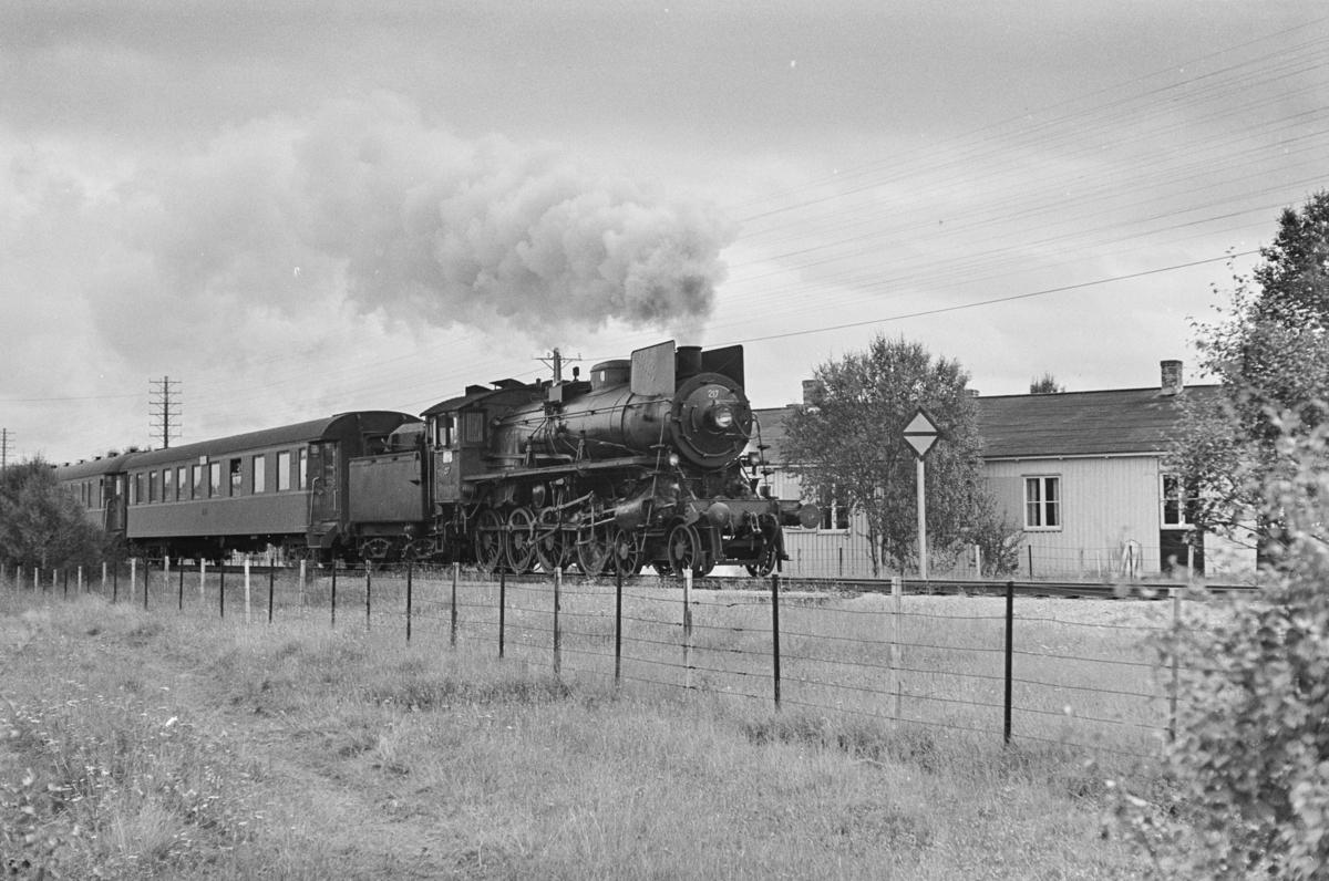 Dagtoget fra Trondheim til Oslo Ø ved Røros. Toget trekkes av damplokomotiv type 26a nr. 217.