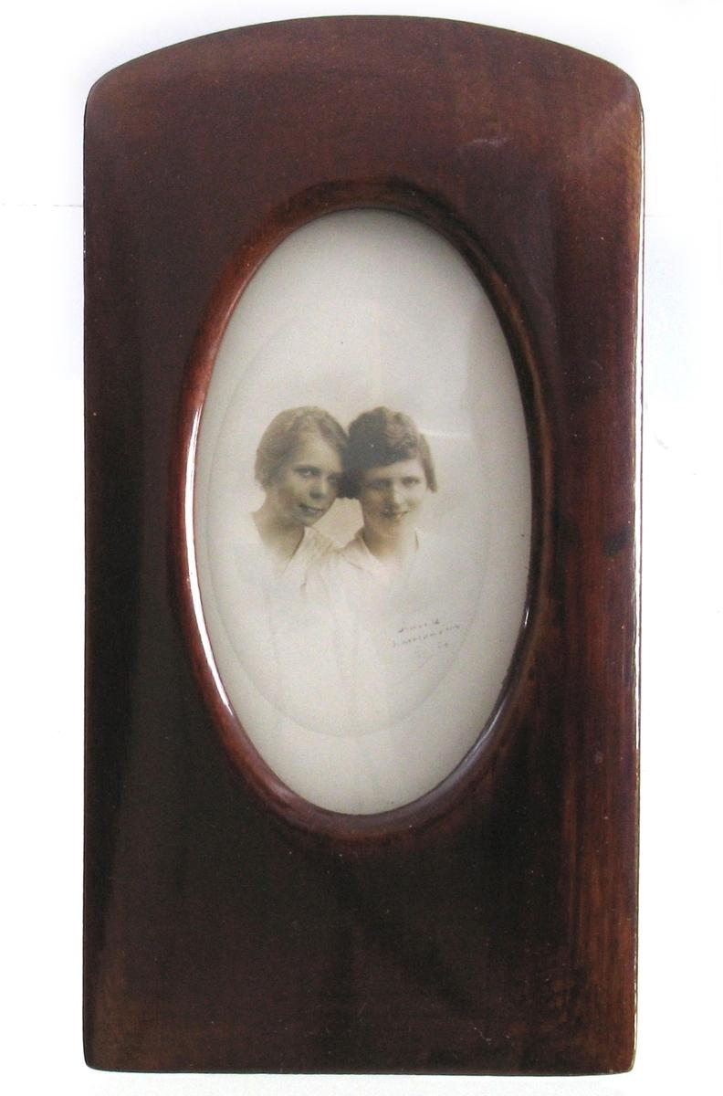 Dobbeltportrett av to unge damer, søstrene Erna og Gurli Andersen