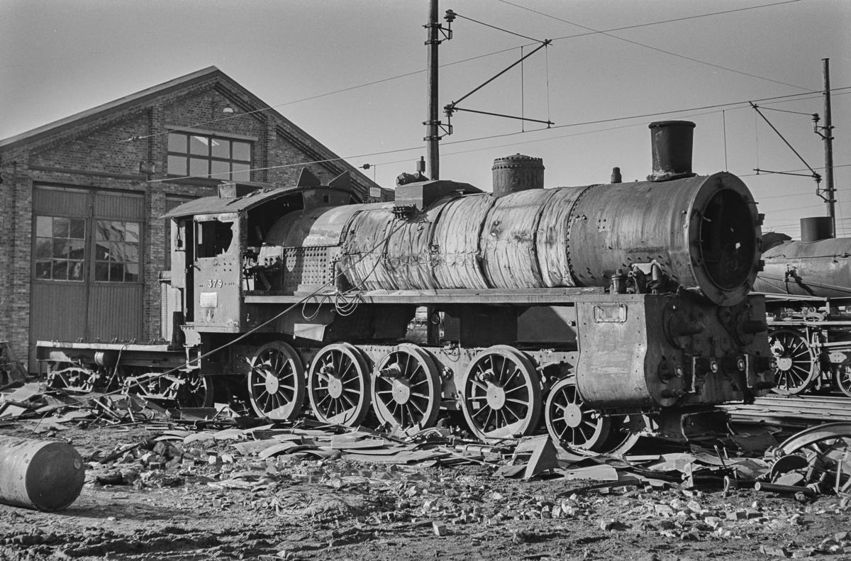 Utrangert damplokomotiv type 26c nr. 379 på Lillestrøm stasjon. Lokomotivet er under opphugging.