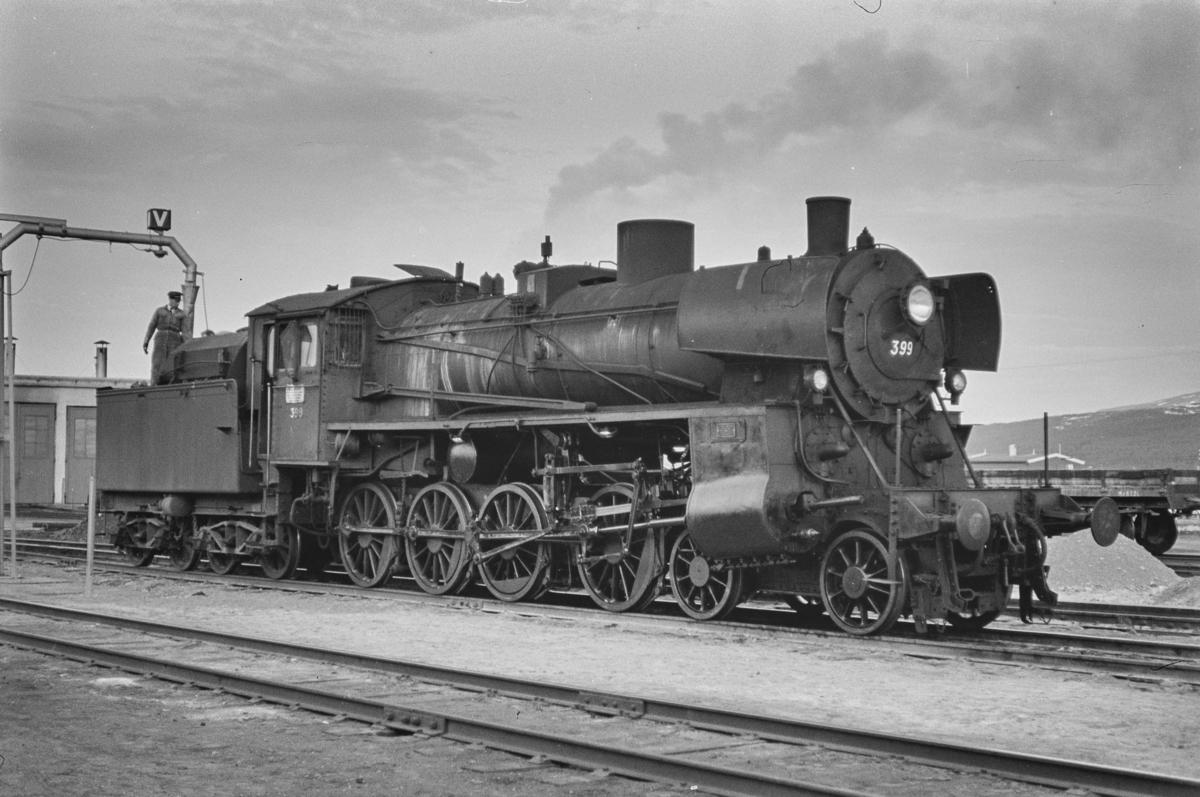 Damplokomotiv type 26c nr. 399 på Røros stasjon.
