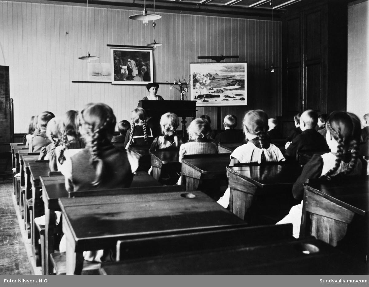 Elever och lärare på Kubikenborgs skola, skolsal.