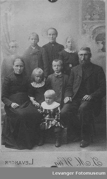 Gruppebilde, repro av eldre fotografi. en av Kvinnene heter Gudrun Hagrup