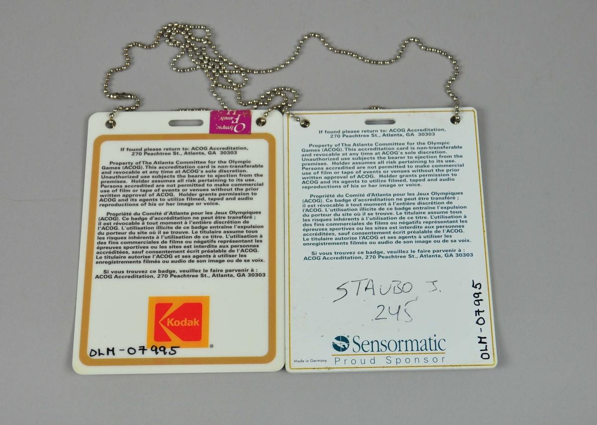 To akkrediteringskort festet i metallkjede.Informasjon om eier av kort og hvor det skal leveres hvis eier har mistet og noen har funnet.