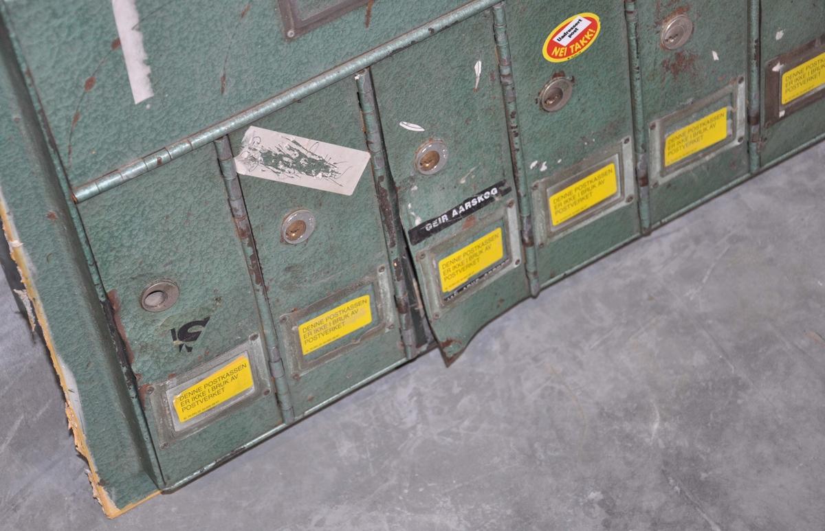 Grønt brevkasseanlegg for montering/innmuring i bygård.  Seksjon bestående av 7 låsbare brevkasser og låsbart lokk for postbudet.