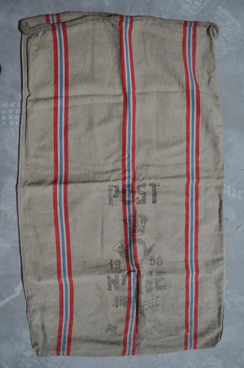 Postsekk med striper i nasjonalfargene.