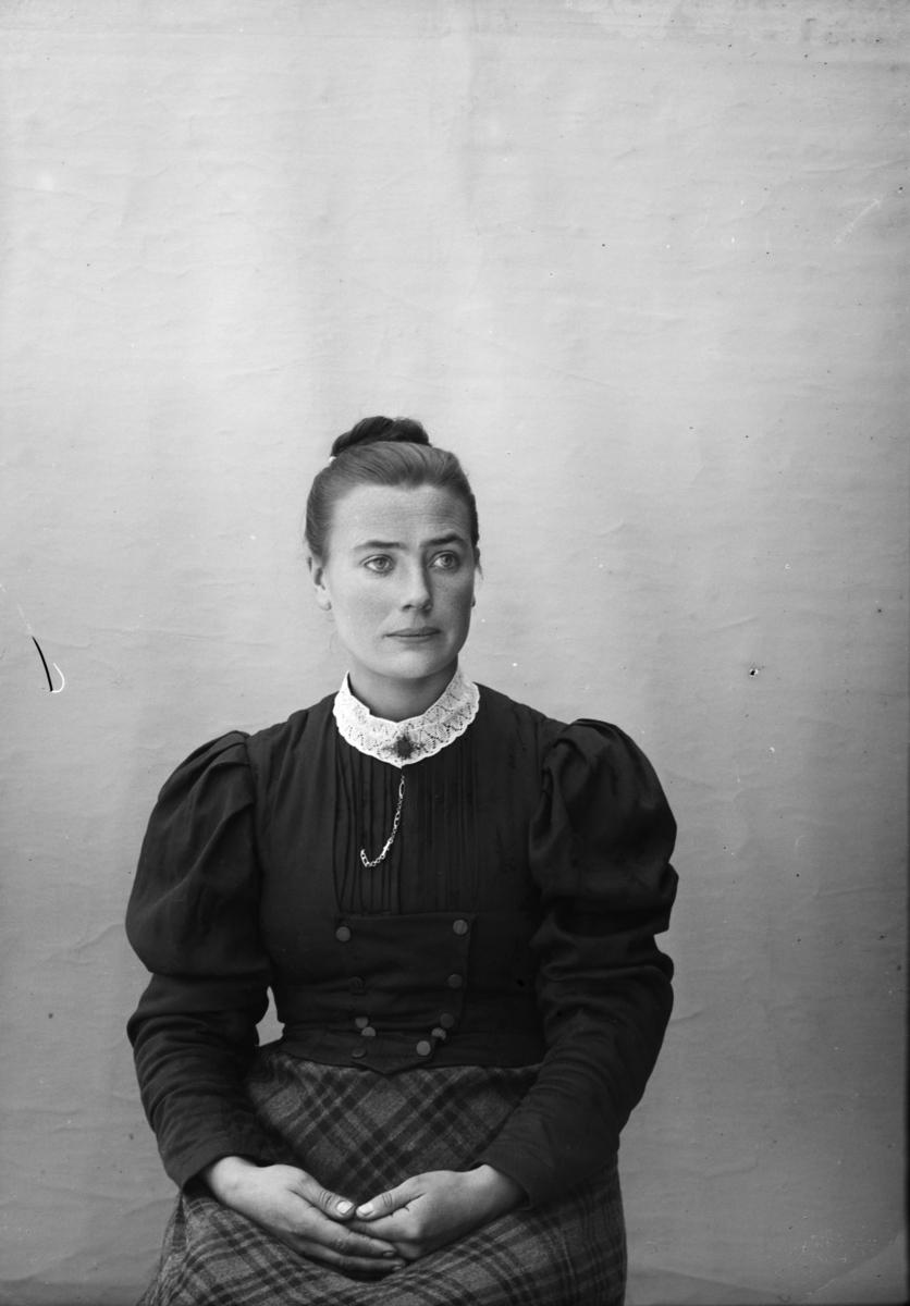 Portrett av Mathia Iversdatter Svastuen f 1871