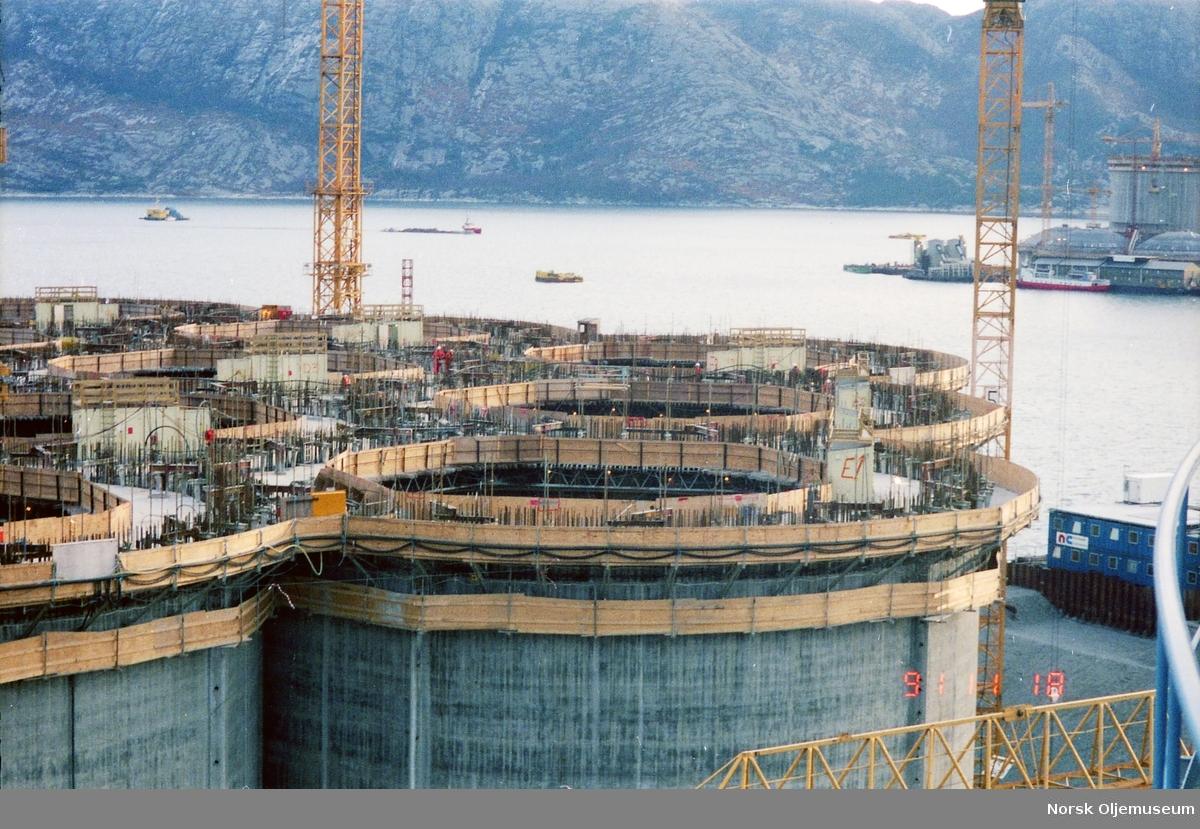 Anleggsområdet med tørdokkene til Norwegian Contractors i forgrunnen, mens Draugen støpes større og større for hver dag ute i fjorden til høyre i bildet. Muligens Troll som bygges i forgrunnen...