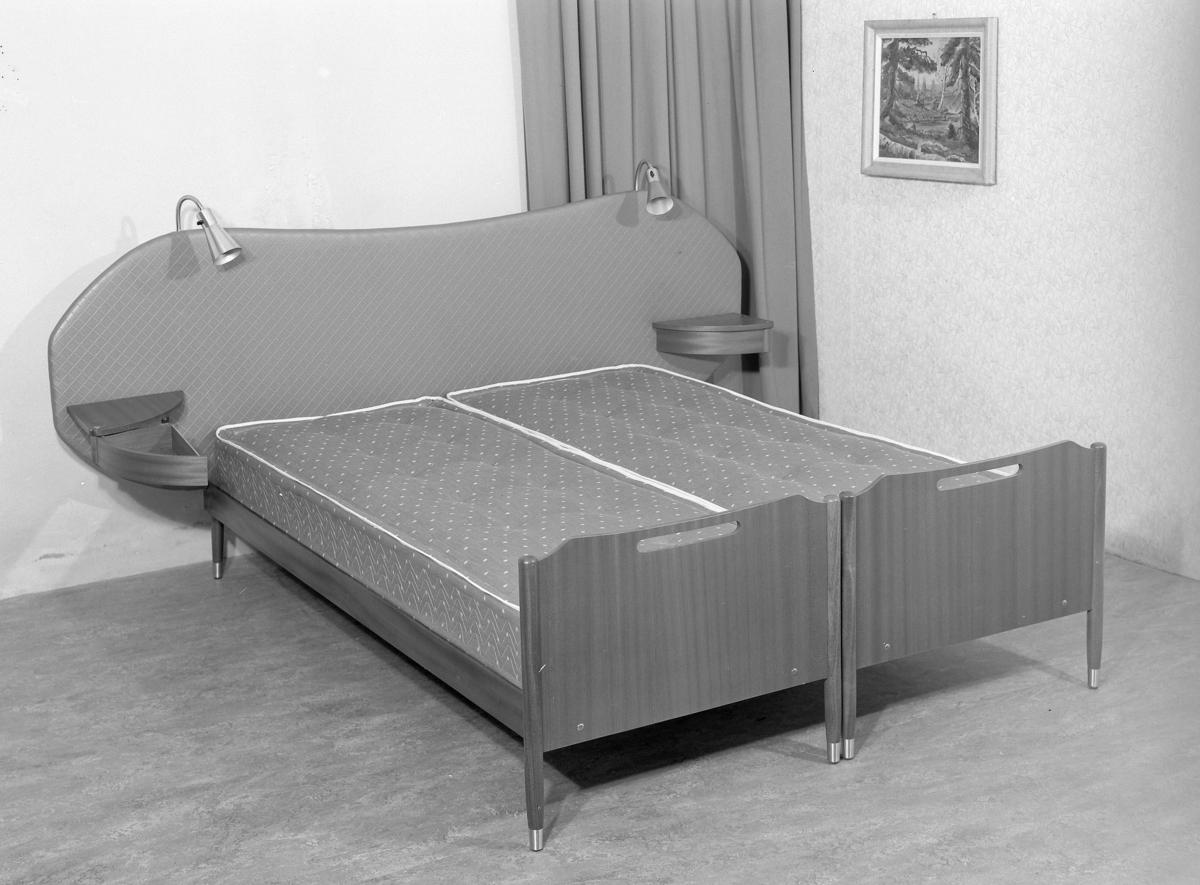 Dobbeltseng med nattbord. - Stiftinga Sunnmøre Museum / DigitaltMuseum