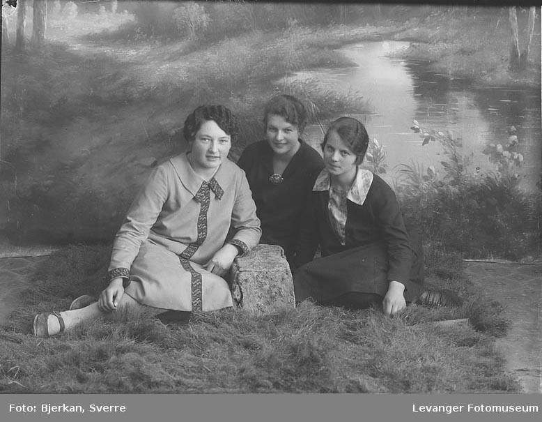 Gruppebilde av tre kvinner. En av dem heter Gunvor Sandstrad