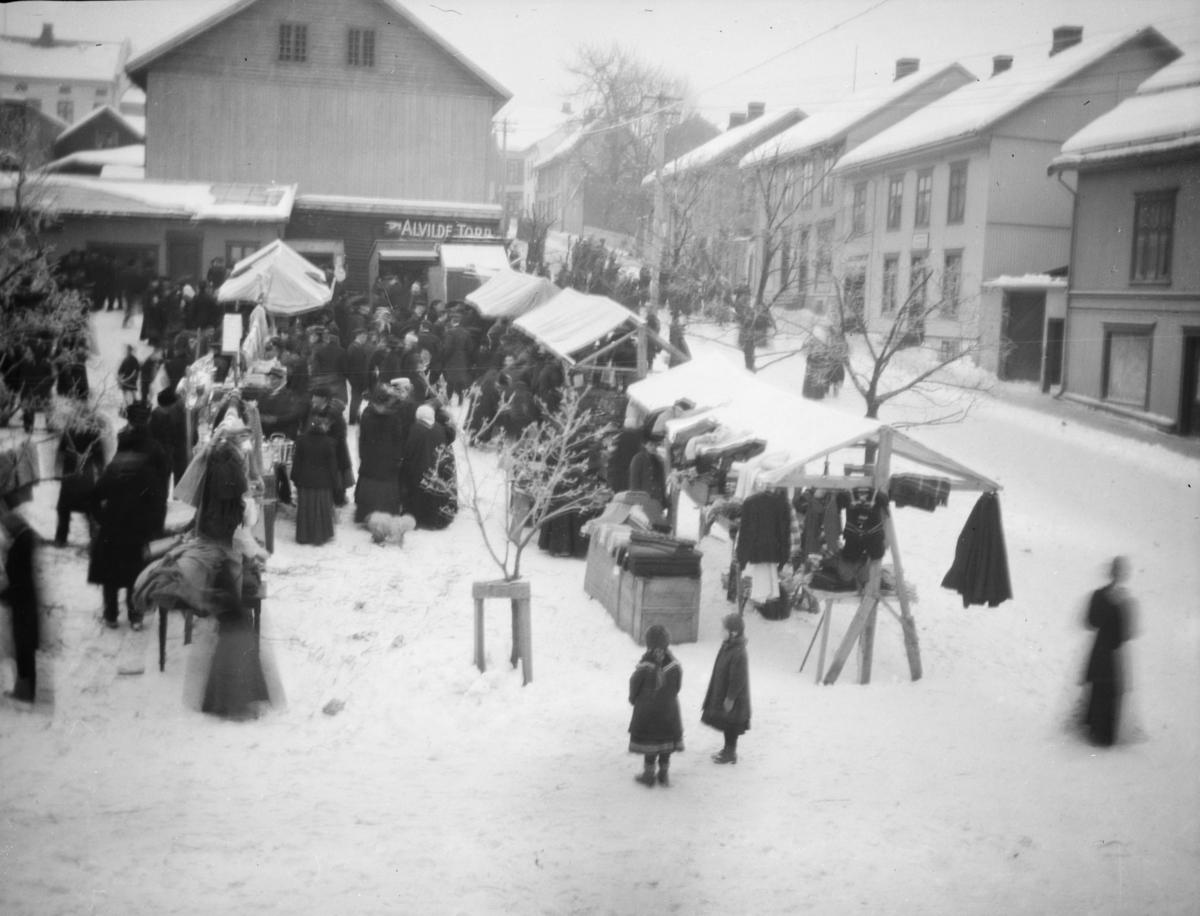 Lillehammer med deler av torget og Jernbanegaten sett østover