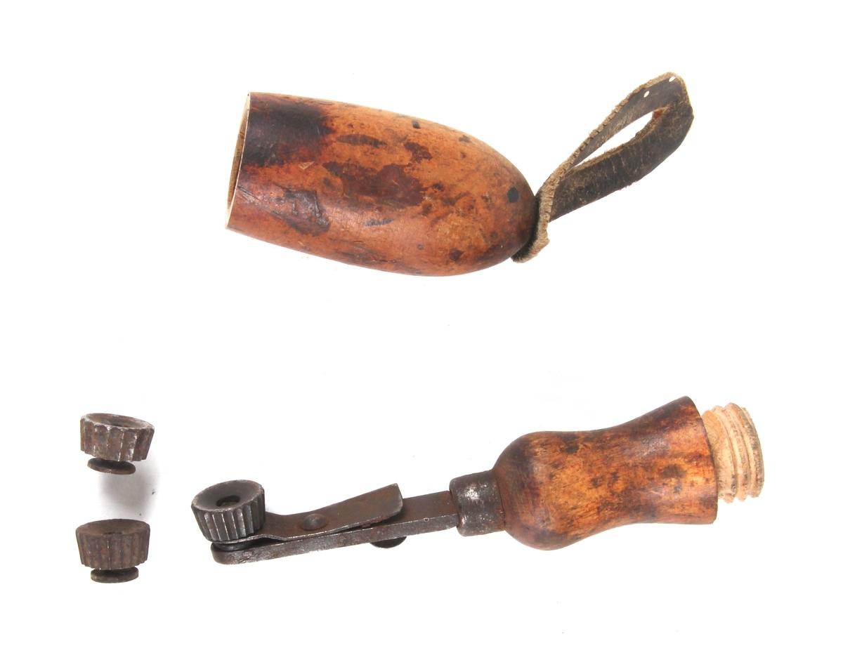 Skomakerverktøy med rullefunksjon og med håndtak i tre som kan skrues fra hverandre. Inni håndtaket ligger det ekstra deler som kan byttes ut. Disse delene har forskjellige rillemønstre.