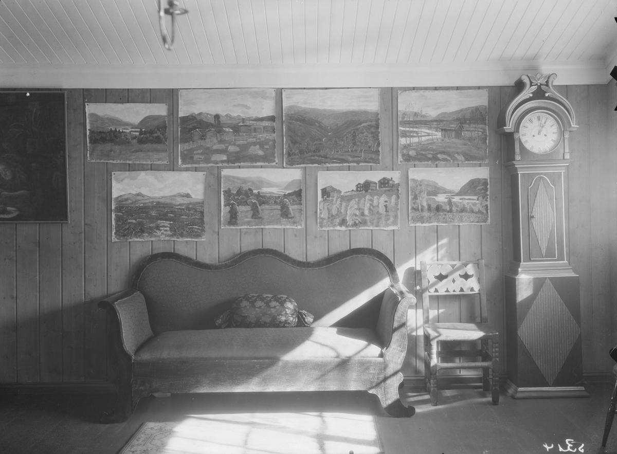 """Ringebu. Fra Karl Johan Olsen Løkkes bolig """"Lye"""". Salen med sofa, golvklokke, malerier"""
