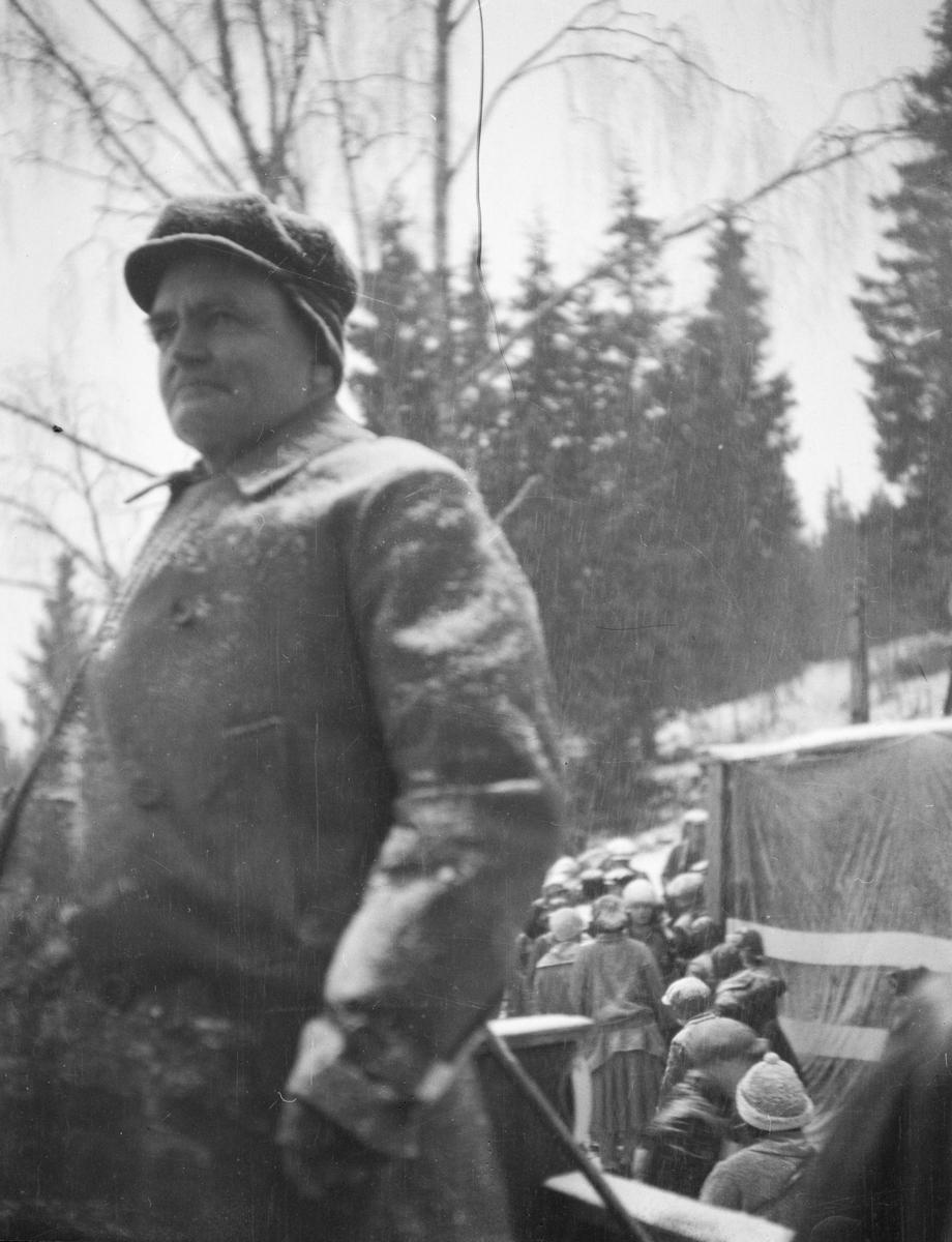 Lillehammer. Person i Lysgårdsbakken, Lillehammerrennet 1925. Folk i bakgrunnen.