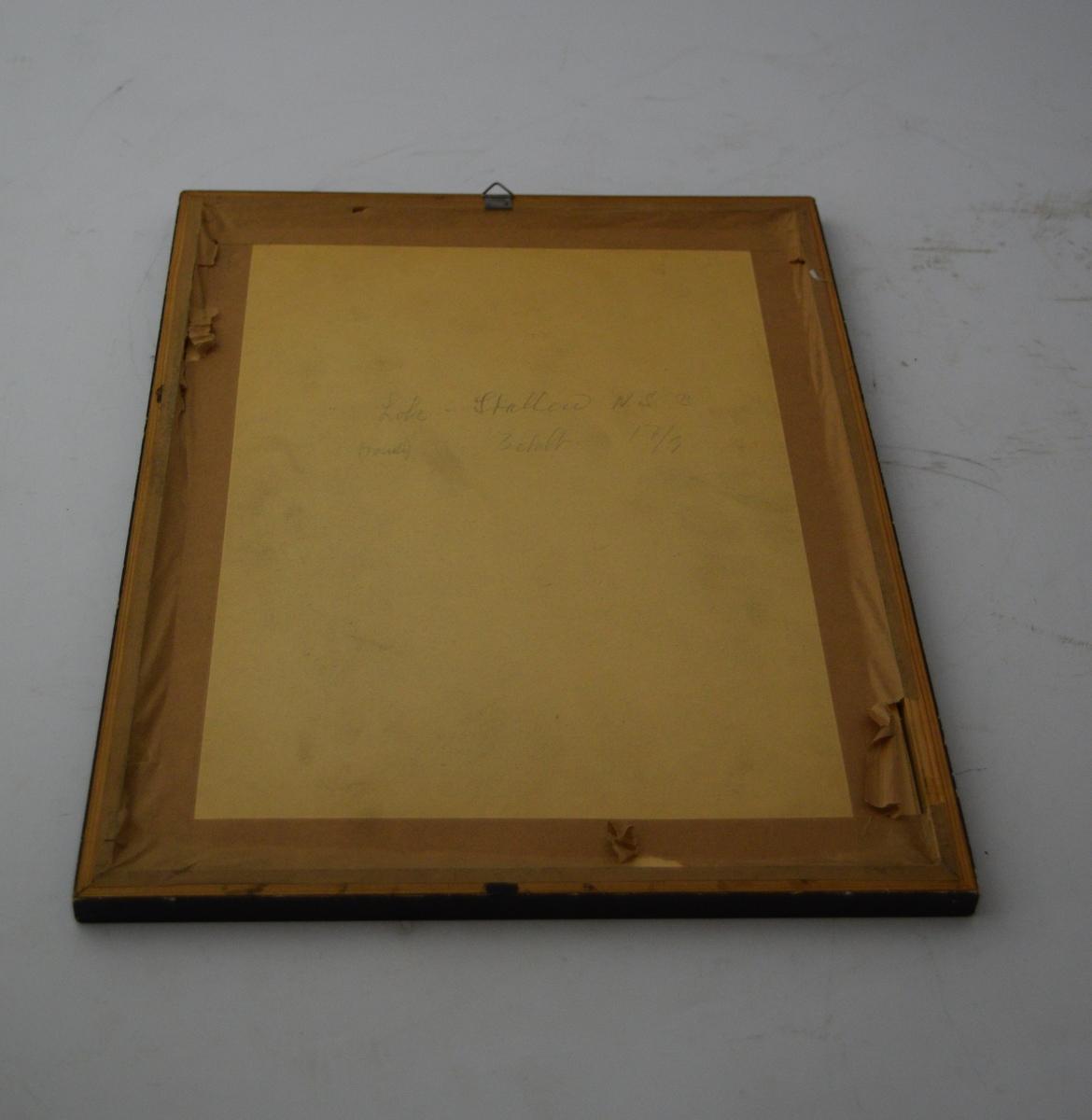 To skytevåpen i kryss med en blink over, sentralt oppe. Bladranke som ramme rundt skriften med en sløyfe på midten nederst.